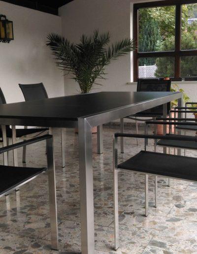 Maßgefertigter Tisch in Edelstahl mit besonderer Konstruktion zu Modest Sesseln