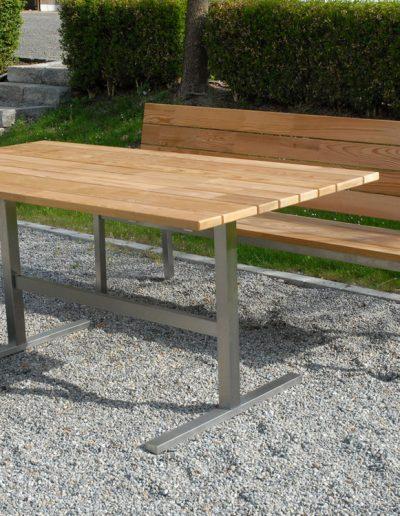 wetterfester Edelstahl-Wangentisch und platzsparende Bank mit Holzbelattung