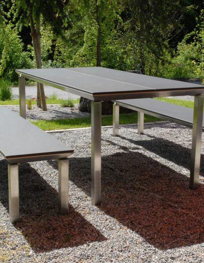 Tisch mit zwei lehnenlosen Bänken nach Maß