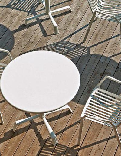 RION Stapelsessel und TONIK Tisch, Aluminium