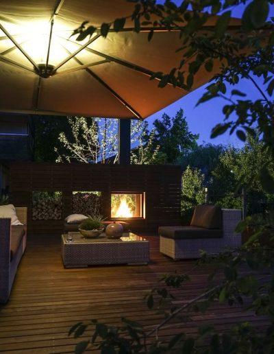 Dorner Lounge mit beleuchtetem Sonnenschirm